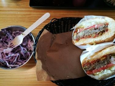 Burger végétarien et coleslaw