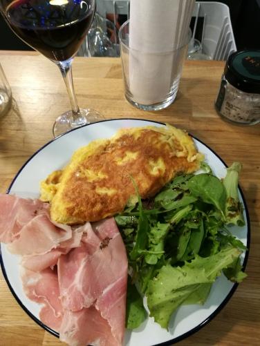 Omelette et jambon à la truffe accompagné d'un petit Gascogne.