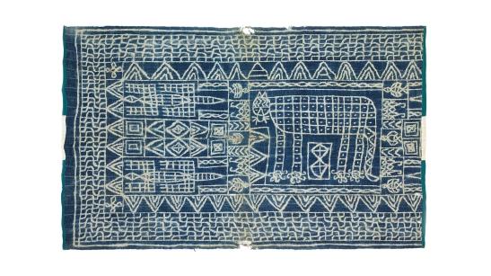 Tissu ndop du milieu du XXe siècle, avec la représentation d'un animal, source : Karun Collection. Photo protégée