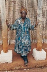 Le notable wabo Dzuwa', chef du la'kam, en tenue ndop, source : Musée de Baham. Photo protégée