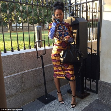Rihanna, portant une robe en wax de Stella Jean, source : Pagnifik. Photo protégée